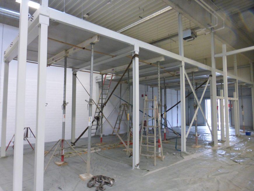 SF-Bau-Bühneneinbau in Bestand-Unterkonstruktion Innenwand-Schlüsselfertigbau