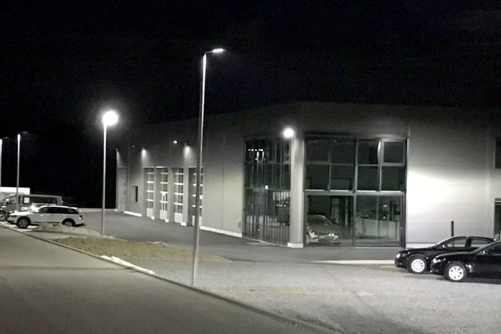 SF-Bau-Neubau Autohaus mit Ausstellungsraum bei Nacht-Böhmenkirch-Stahlbau-Schlüsselfertigbau