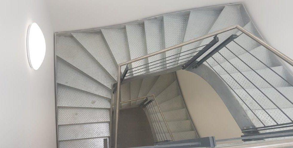 SF-Bau-Innenausbau Geländer Treppenhaus-Neubau Produktionshalle mit Büro-Leutz Albershausen-Schlüsselfertigbau