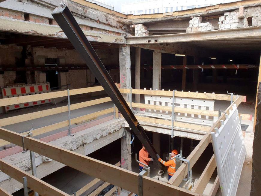 Stahlbau-Träger ins untere Geschoss befördern-Konstruktive Stahlbauarbeiten am Bahnhof-Stuttgart-Stahlbau